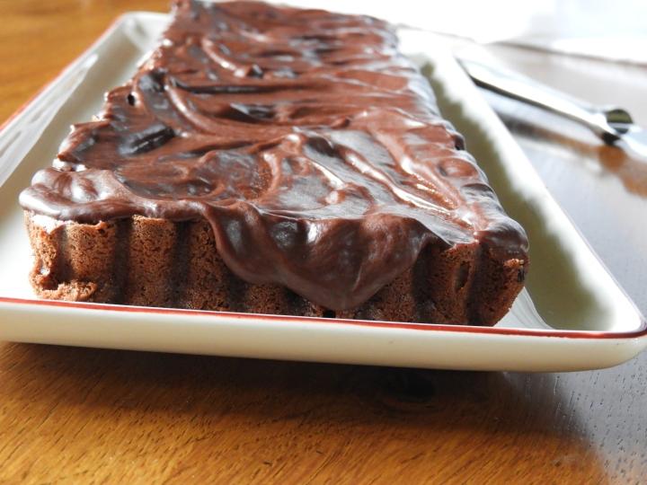 Gâteau moelleux au chocolat sous sa ganache au chocolat