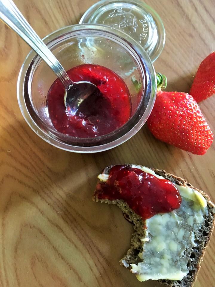 Confiture de fraises au jus de pamplemousse rose et baie de Szechuanrouge