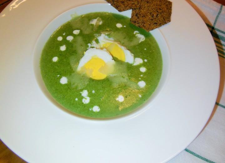 Soupe d'épinards servie avec son oeufdur