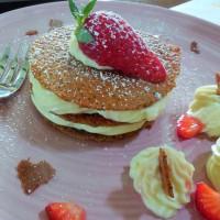 Millefeuille croquant au sarrasin, mousse chocolat blanc et fraises