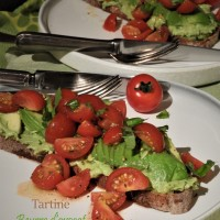 Tartine beurre d'avocat et tomates cerise