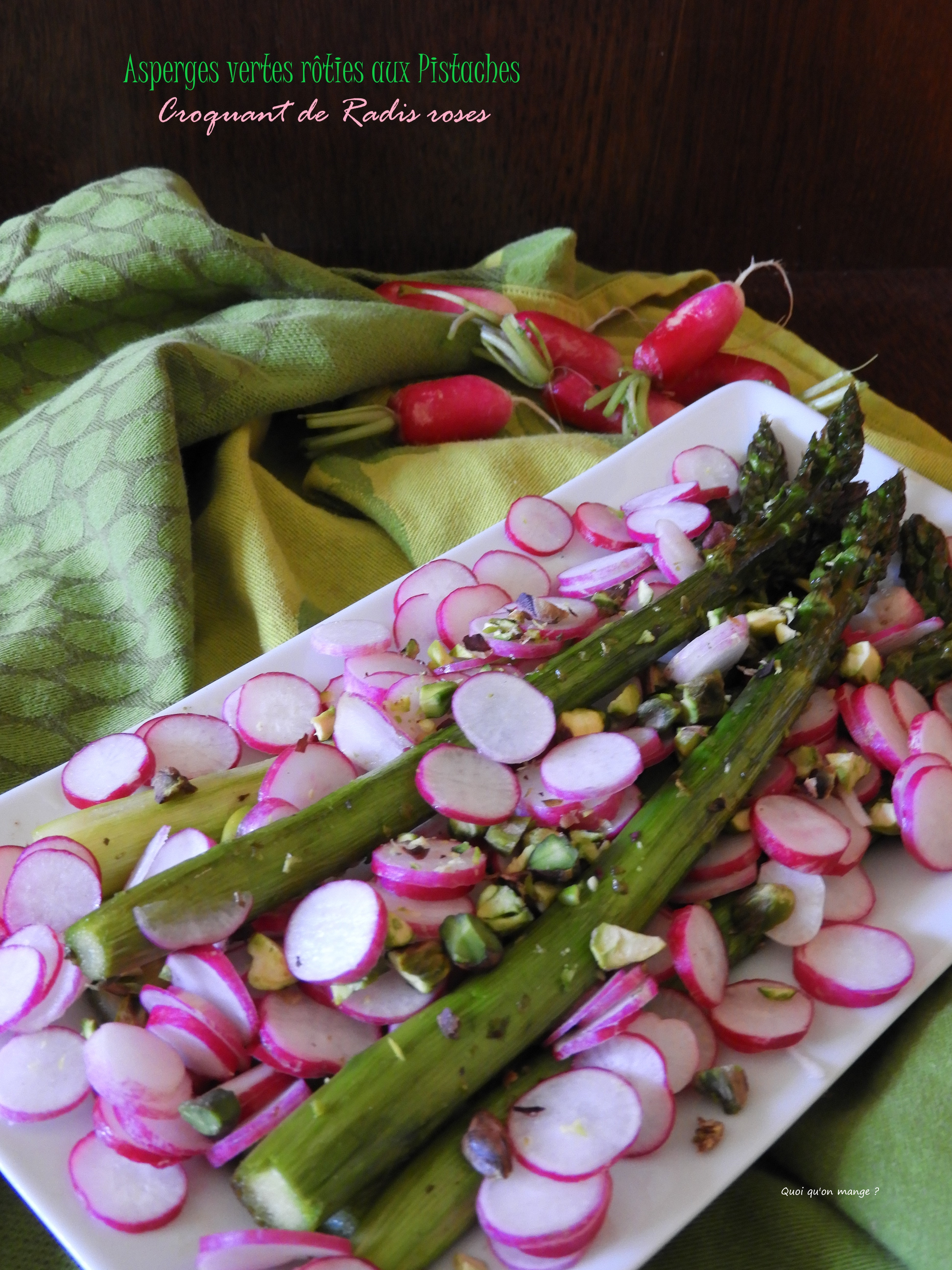 Asperges vertes rôties aux pistaches, croquant de radis roses