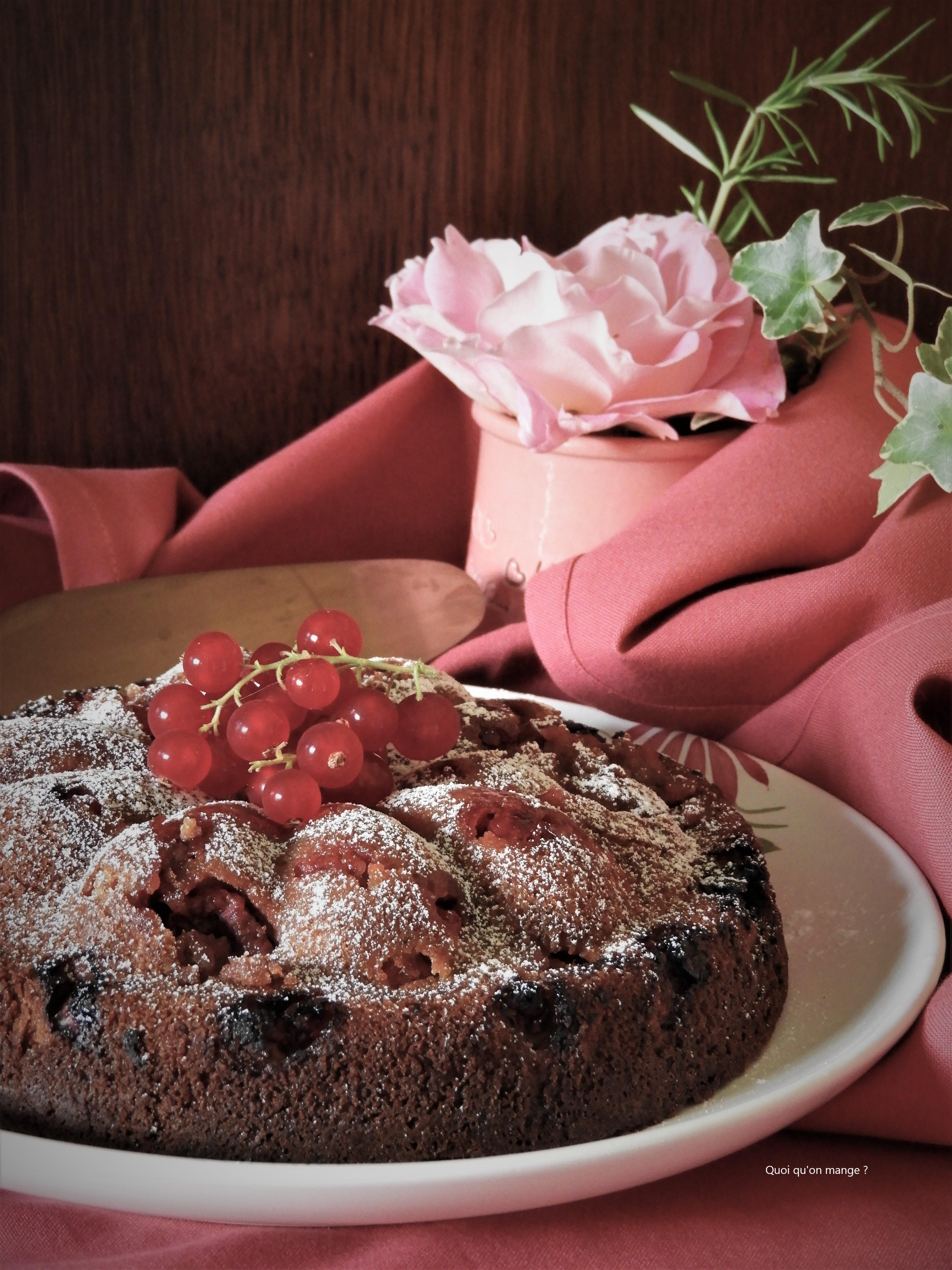 Moelleux aux amandes, chocolat blanc, framboises et groseilles