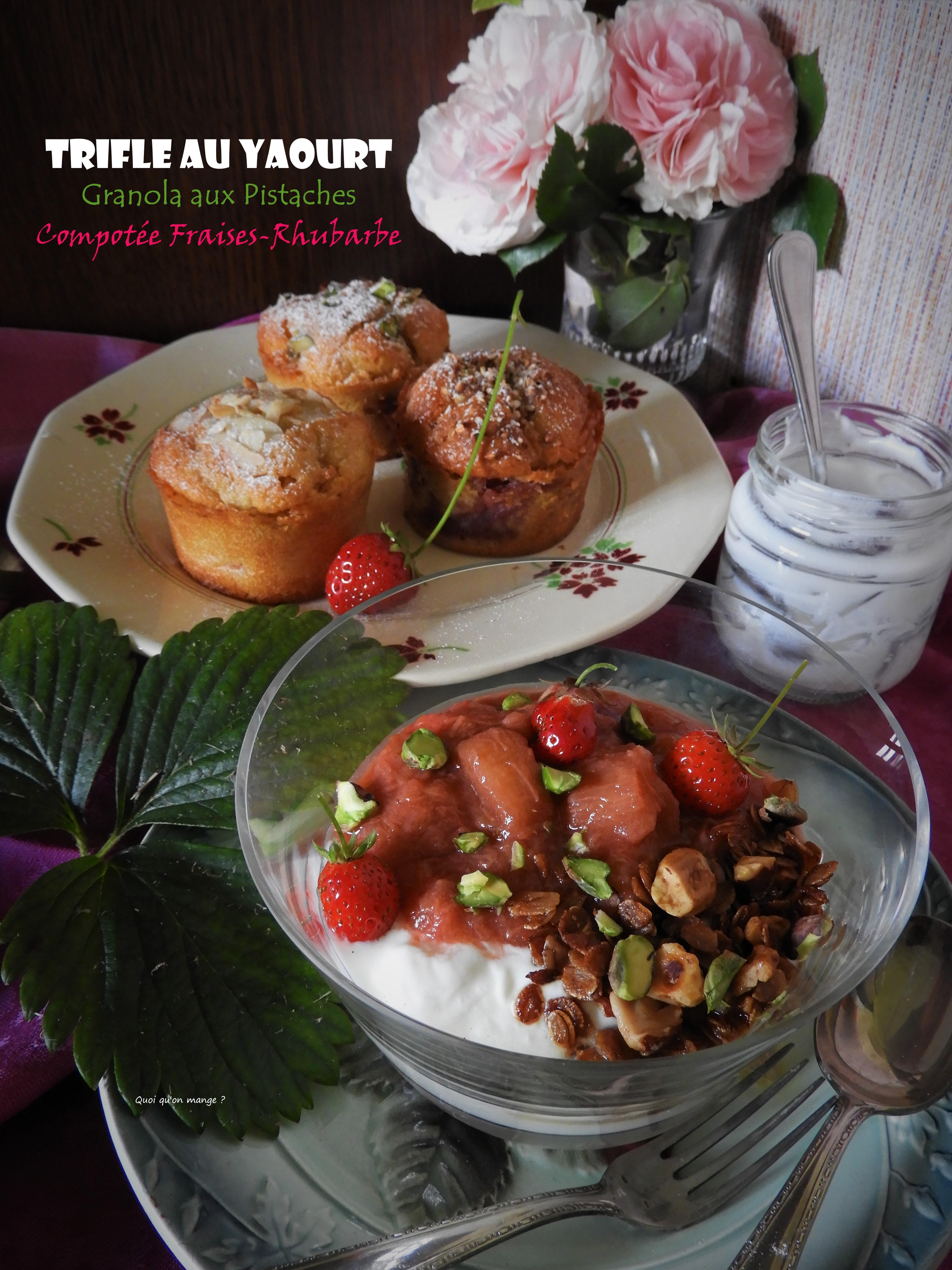 Trifle au yaourt, granola aux pistaches, compotée fraises-rhubarbe