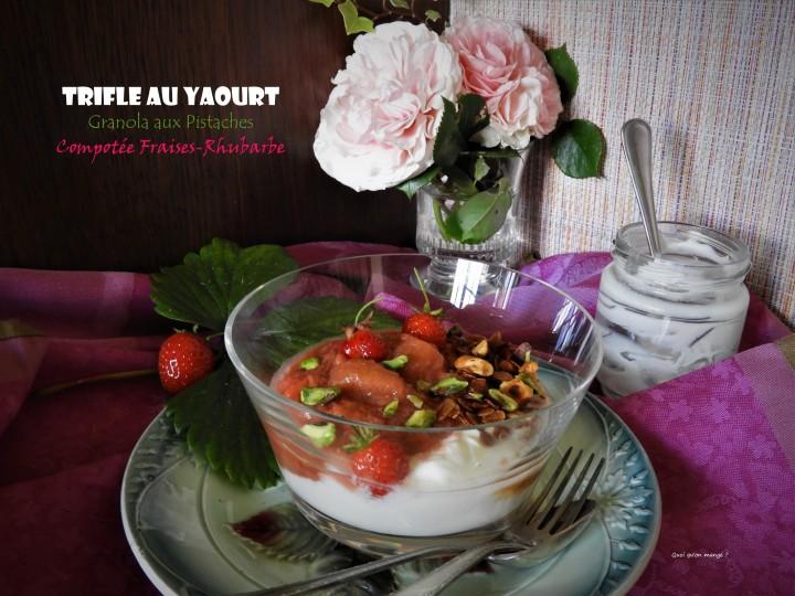 Trifle yaourt, granola pistaches et compotée fraises-rhubarbe