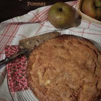 Gâteau au yaourt avec beaucoup de pommes sous une croûte croustillante